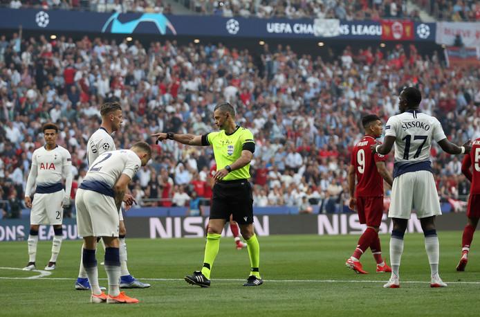 Damir Skomina geeft Liverpool een penalty. Moussa Sissoka (r) kan het niet geloven.