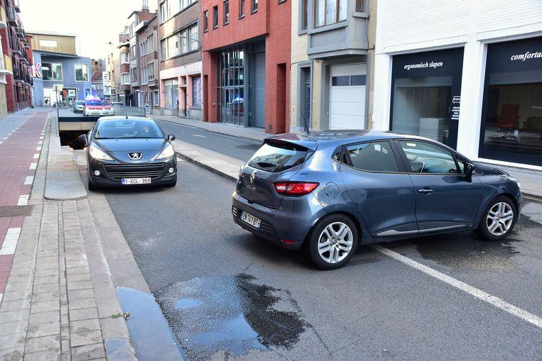 Een aantal automobilisten die via de Sint-Janslaan de parking van het winkelcentrum verlieten, moesten uitzonderlijk rechtsomkeert maken en in de verboden rijrichting de straat verlaten.