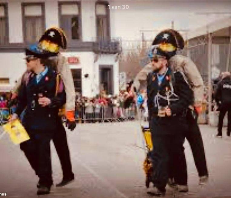 Aalsterse carnavalisten lachen met De Bende van Nijvel tijdens een carnavalsstoet enkele jaren terug.