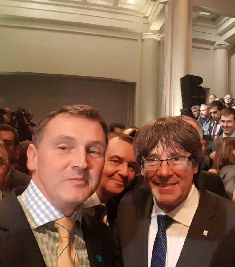 Puigdemont op de foto met N-VA-leden Karl Vanlouwe (links) en Mark Demesmaeker.