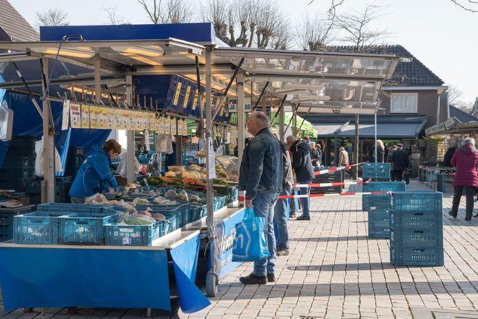 Op de weekmarkt die vanochtend werd gehouden in het centrum van Nunspeet, werden extra maatregelen getroffen om de verspreiding van het coronavirus zoveel mogelijk tegen te gaan.