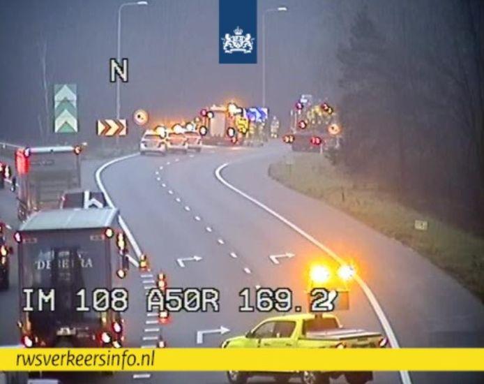 Hulpdiensten op de snelweg A50 bij Arnhem na de aanrijding, vastgelegd op camera's van Rijkswaterstaat.