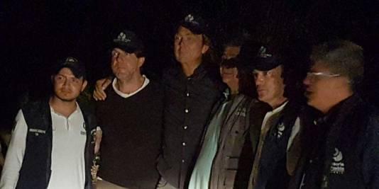 Derk Bolt en Eugenio Follender na hun overdracht aan leden van het humanitaire team dat hen begeleidt.