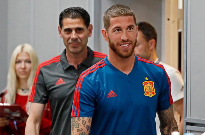 Sergio Ramos komt aan voor de persconferentie, gevolgd door de nieuwe bondscoach Fernando Hierro.