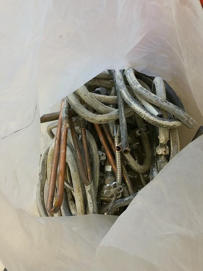 Het gestolen lood in de tas van de man die werd aangehouden.