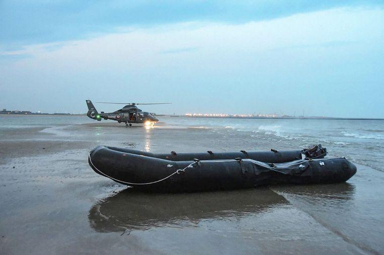 Een door de Franse autoriteiten onderschepte rubberboot, waarmee migranten trachtten Engeland te bereiken. Beeld PREMAR MANCHE