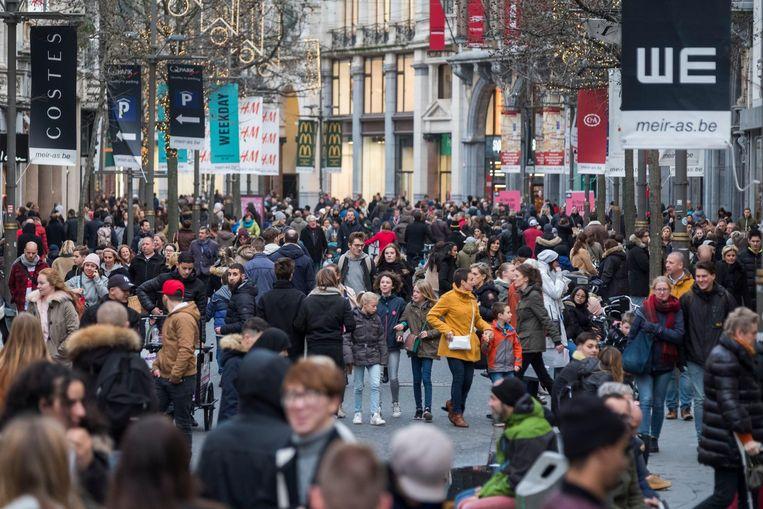 Het coronavirus kan in alle hevigheid terugkomen. Een overvolle Meir, de bekendste winkelstraat van Antwerpen, is een scenario dat De Croo absoluut wil vermijden. (archieffoto 2017)
