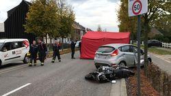 Motard (33) in levensgevaar na botsing vol in flank van auto