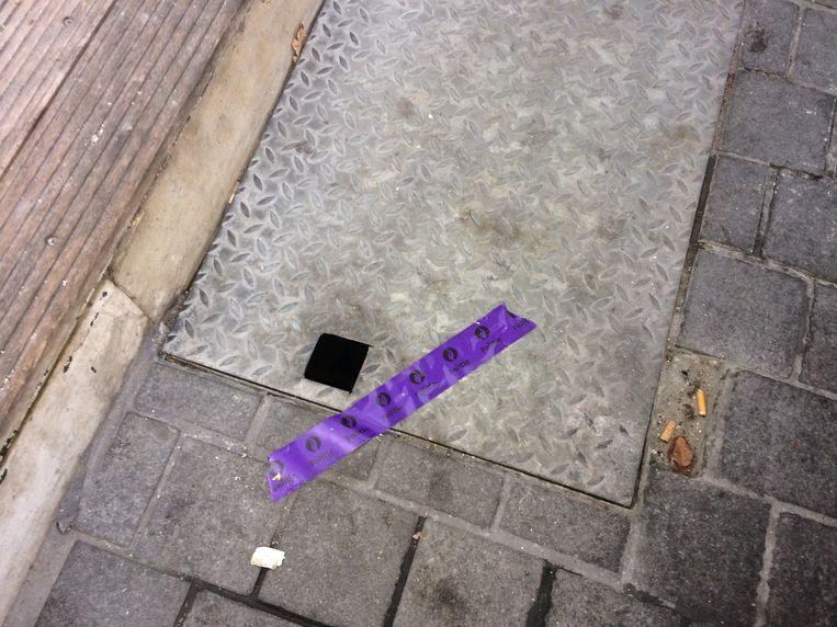 Ook het keldergat aan de straatkant is door de recherche verzegeld.