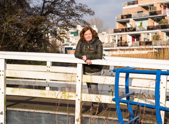 """Anja van Dongen en haar zus zien heel Nederland door te wandelen. ,,We praten dan over onze levens, over wat we tegenkomen, het nieuws."""""""