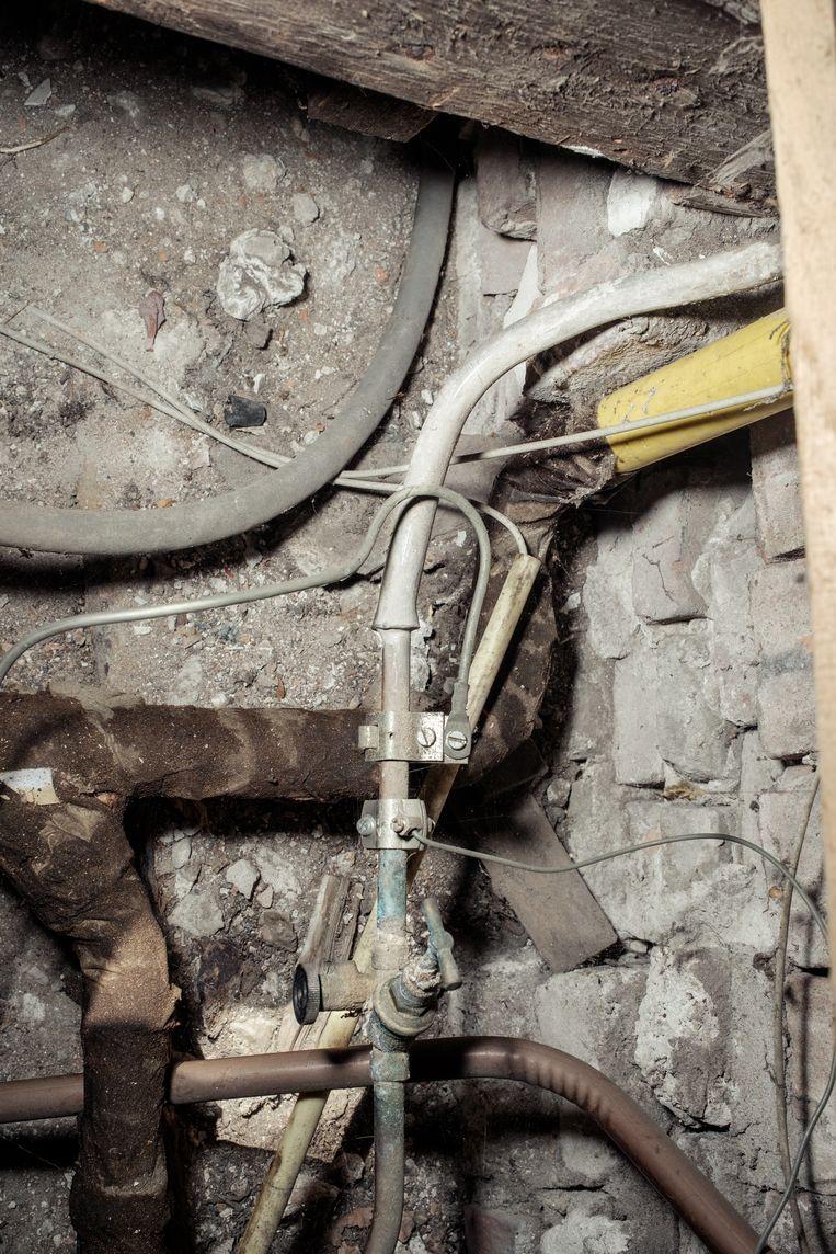 In de vloer van hun huurwoning blijkt de aansluiting van de waterleiding  van lood. Beeld Jakob Van Vliet