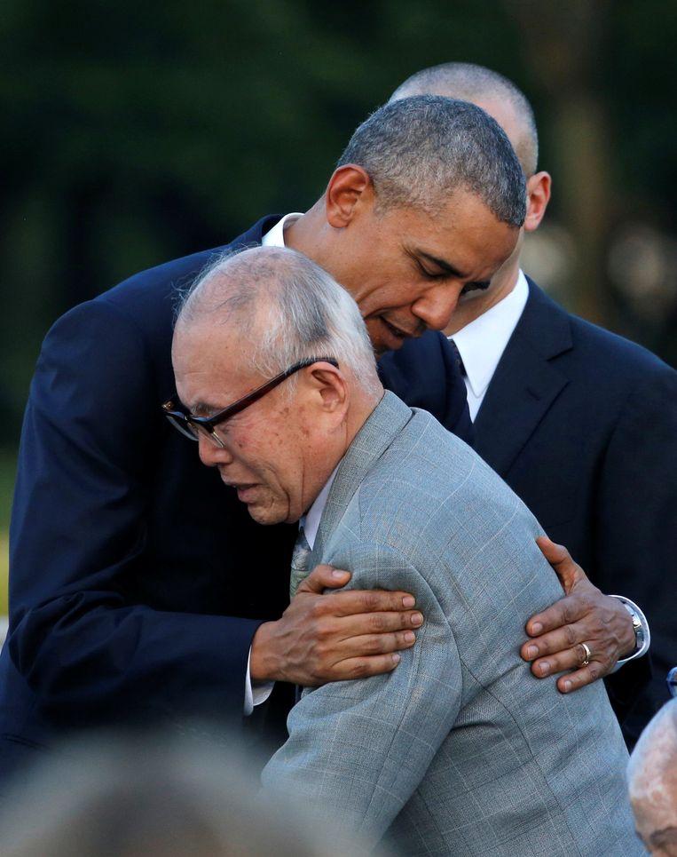 Obama omhelst Shigeaki Mori, overlevende van de atoombom op Hiroshima.