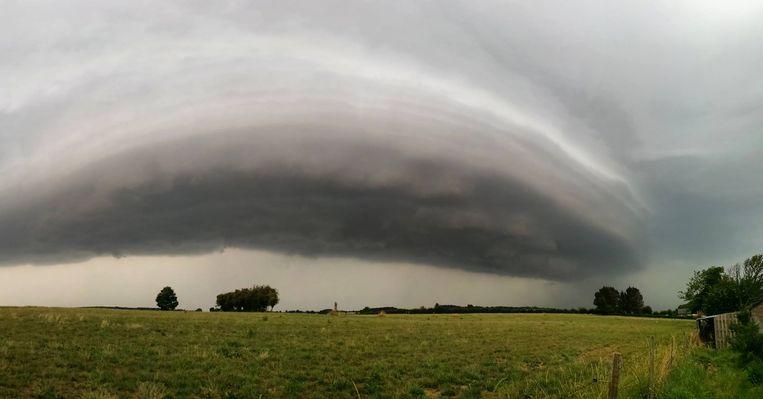 Deze indrukwekkende wolkenformatie werd deze voormiddag gespot in het Limburgse Sint-Martens-Voeren.