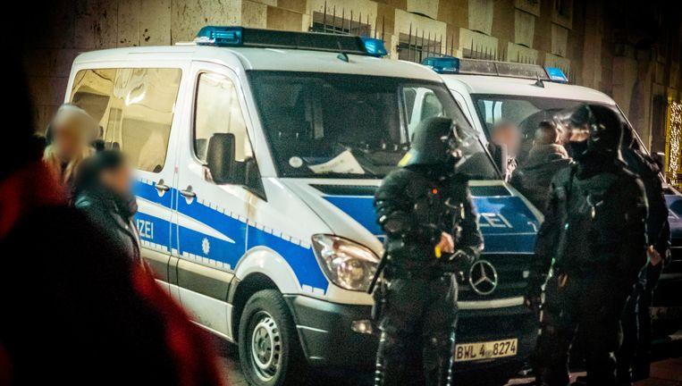 Een beeld van oudjaarsnacht in Keulen. Politieagenten in actie op de Schlossplatz. Beeld epa