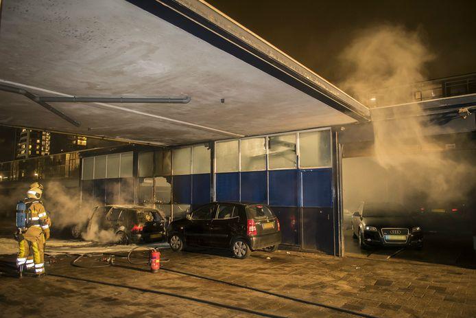 Op de Dickensplaats woedde gisteravond een autobrand die oversloeg naar een garagebedrijf