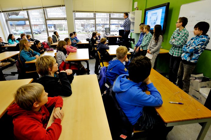 Leerlingen van groep 8 luisteren tijdens een eerdere meeloopdag op het Theresialyceum naar de ervaringen van de huidige brugklassers op de middelbare school.