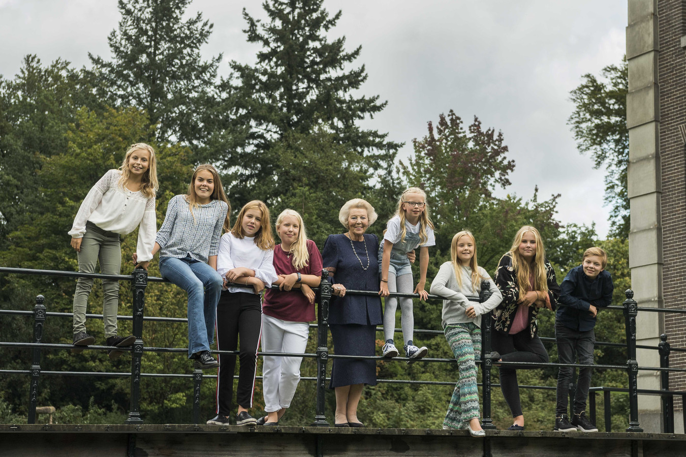 Koninklijke Kleinkinderen Met Jarige Oma Op De Brug Maar Wie Is Wie