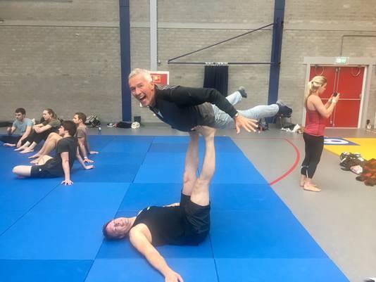 Participerende journalistiek. Verslaggever wordt gelift door acrobaat Andreas Wilging.