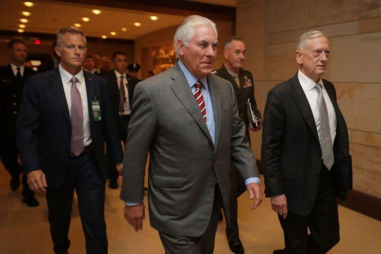 Minister Rex Tillerson en generaal Jim Mattis probeerden Trump enige kennis van het buitenlandbeleid bij te brengen. 'Wat een fucking moron', zal Tillerson na de meeting verklaren. Beeld Getty Images