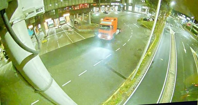 De oranje truck die vermoedelijk gebruikt is bij de diefstal van drie opleggers van Westland Trailer Verhuur.