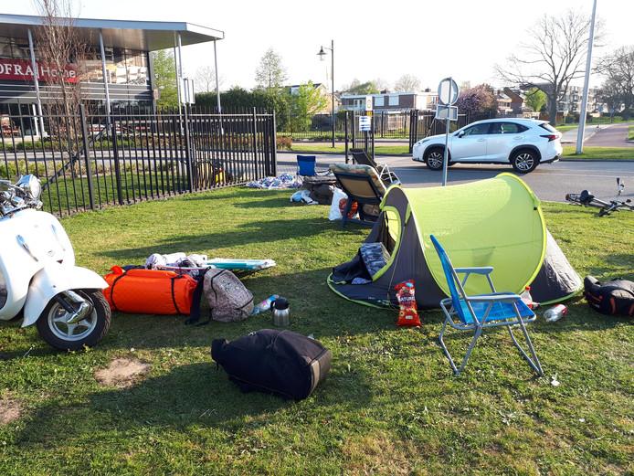 Sommigen hadden een tent opgezet om de nacht door te komen.