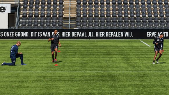 Eerste training bij Heracles Almelo. In kleine groepjes wordt er weer getraind, met Cyriel Dessers (linkse speler).