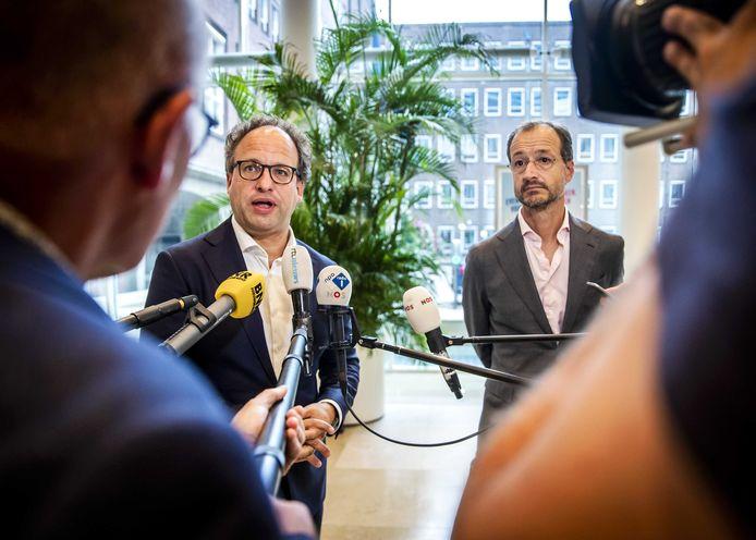 Wouter Koolmees, minister van Sociale Zaken en Werkgelegenheid, en Eric Wiebes, minister van Economische Zaken en Klimaat, na afloop van een overleg over een steunpakket en de begroting voor 2021.
