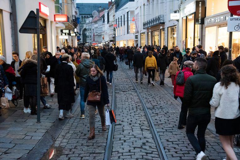 Een massa volk in de Gentse binnenstad voor de laatste kerstaankopen zatredagnamiddag.