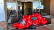 """Swissport-personeel dropt afvalzakken aan gebouw failliete afhandelaar: """"Behandeld als grof huisvuil"""""""
