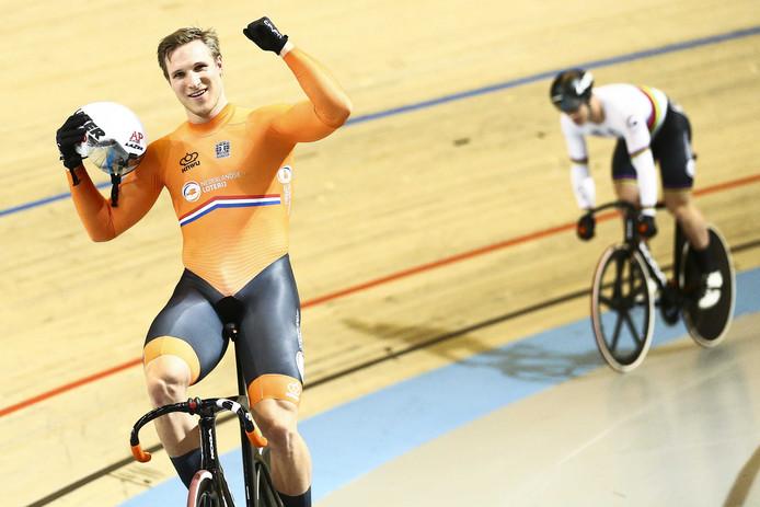 Jeffrey Hoogland juicht na het winnen van  Harrie Lavreysen in de finale sprint tijdens de Europese Kampioenschappen baanwielrennen in Omnisport.