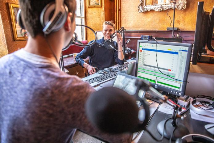 Martijn Driessen heeft de nacht doorgehaald voor Ervaringsmaatjes: studenten maken 36 uur lang radio om geld op te halen voor het goede doel.