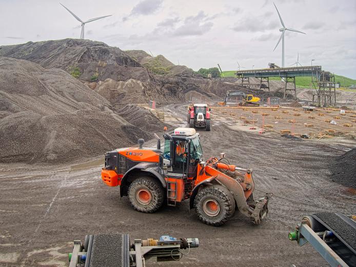 Werkzaamheden op het terrein van recyclingbedrijf Heros in Sluiskil-Oost, waar eerder de Cokesfabriek was gevestigd.