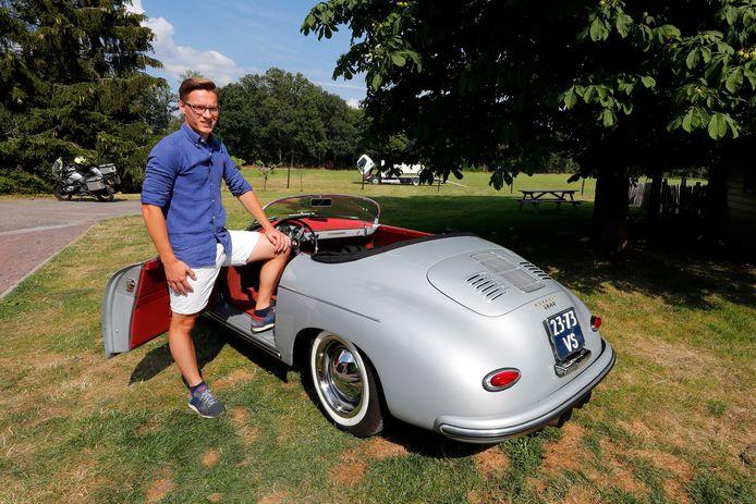 """Ralph Vogels bij zijn favoriete oldtimer van Klassiekershuren.nl, een Porsche 356: ,,Die vind ik echt elegant."""""""