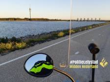 Politie Lelystad maakt ontspannen ritje op gestolen scooter