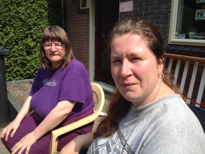 Enkele bewoners, onder wie mevrouw Stinissen (links), willen alleen kwijt dat er veel meldingen van overlast zijn gedaan 'maar de instanties zagen geen verband tussen de meldingen'.