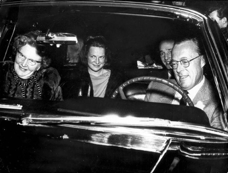 In 1964 werd zijn verloving met prinses Irene bekendgemaakt (boven). De Nederlandse politiek was niet zo gelukkig met hem. Zijn schoonouders, koningin Juliana en prins Bernhard, des te meer (onder). (FOTO'S ANP) Beeld