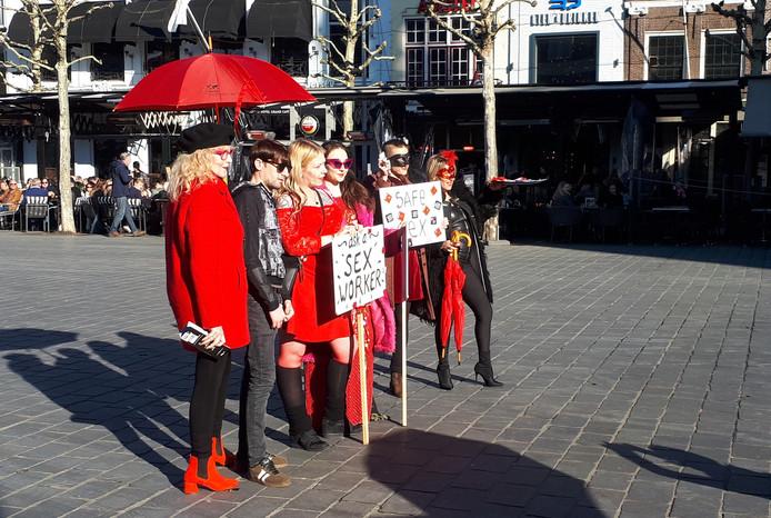 De deelnemende sekswerkers lieten zich vrijdag fotograferen op de Grote Markt in Goes.