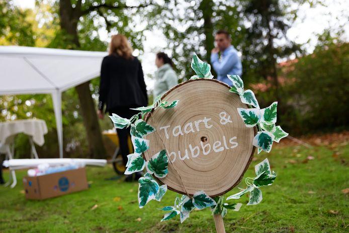 Een bruiloft eerder dit jaar in Halsteren. Bruidsparen hoeven straks minder geld aan de gemeente te betalen als ze trouwen op een andere locatie.