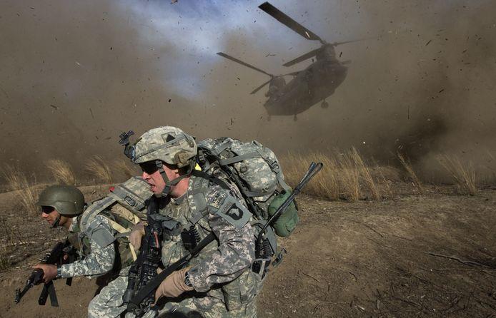 Een Chinook-helikopter probeert te landen in vijandig Afghaans gebied.