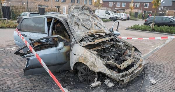 Ziek op bed werd Stephanie gewekt na zoveelste autobrand in Deventer: 'Waarom mijn auto?' - De Stent