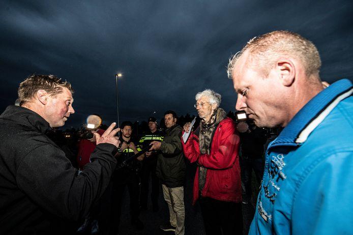 Woordvoerder Thijs Wieggers van Farmers Defence Force (links) in gesprek met milieustrijder Johan Vollenbroek (rode jas).
