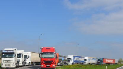 Open Vld telt 53 vrachtwagens op pechstrook R4-Oost en vraagt aanleg vrachtwagenparking in buurt van grensovergang