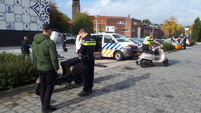 De politie plukt 36 bromfietsers van straat.