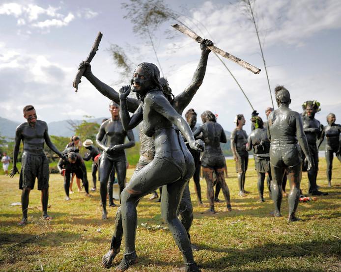 Leden van de Braziliaanse carnavalsgroep 'Bloco da Lama' (blok van modder) vieren op eigen historische wijze carnaval, op het strand van Jabaquara: geheel bedekt met modder. Foto Nacho Doce
