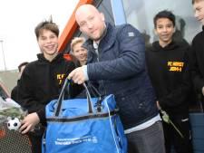 Winnend voetbalteam FC Horst krijgt tassen van sponsor