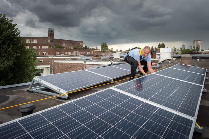 Het verduurzamen van huurwoningen, zoals de aanleg van zonnepanelen, jaagt woningcorporaties op kosten.