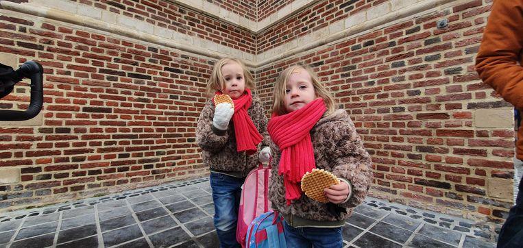 Deze olijke tweeling Maartje en Lise tekenden voor de eerste keer present. Hun tasjes zaten na afloop aardig vol.