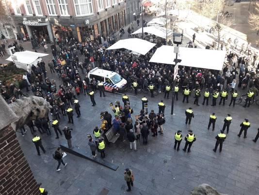 Boven in beeld de grote groep voorstanders. Onder in beeld de groep van KOZP.