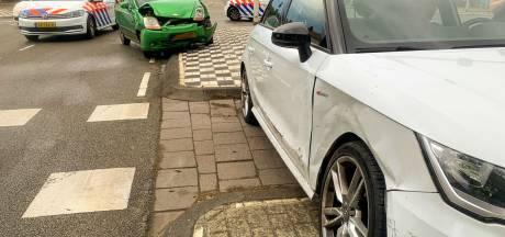 Botsing op kruising Limburglaan in Eindhoven: kruispunt deels geblokkeerd