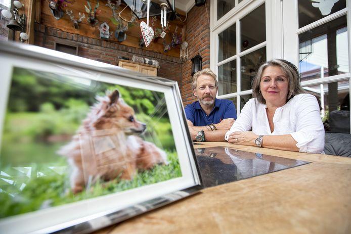 Matthieu en Inez Bloem hebben een ingelijst portret van hun chihuahua Tante Bep.
